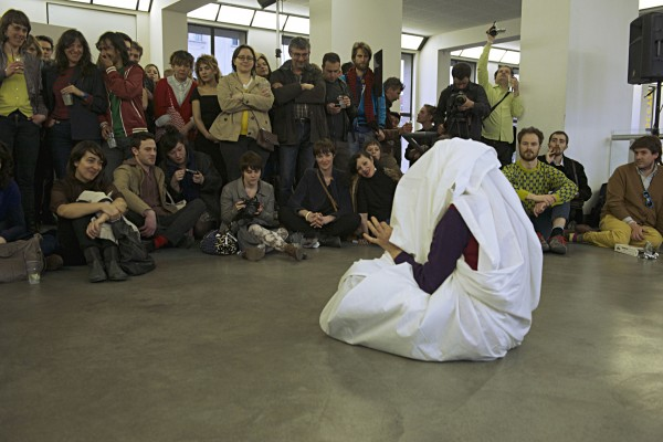 [:fr]El arte de la performancia : teoría y práctica, conversation performée, Esther Ferrer, 2013 (25'). Une réflexion sur la place du discours à l'heure de la globalisation, un regard ironique sur le statut de la performance, aujourd'hui dictée par des dogmes institutionnels quasi académiques.