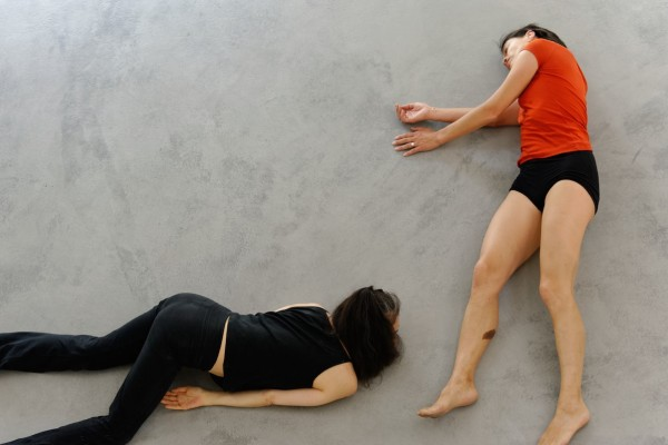 Two bodies in Hangar H18, performance d'Emmanuelle Huynh et Eiko Otake, mai 2015  @ Photographie Lucile Adam